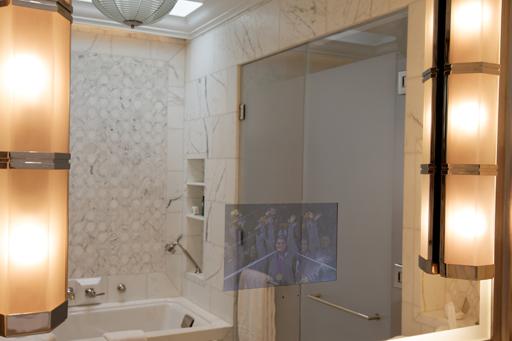 en arrire plan la cabine de douche quipe de pas moins de quatre pommes douche a titre exprimental jai ouvert les quatre robinets en mme temps